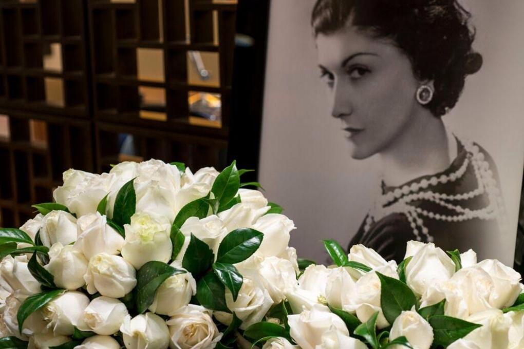 Flores brancas na decoração do evento da Chanel