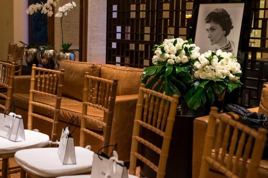 Rosas brancas são a base do projeto floral para evento da Chanel