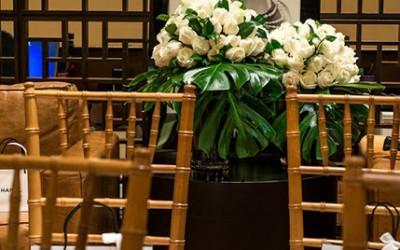 Rosas brancas para lembrar da maior de todas as estilistas, Coco Chanel, que dizia que a moda pode passar, mas o estilo é eterno.