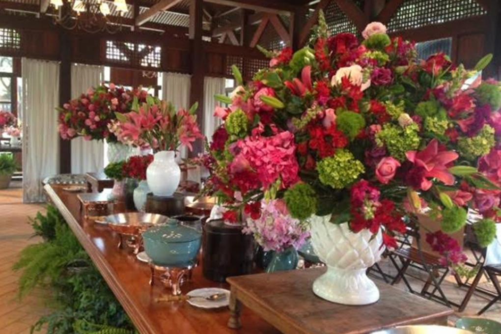 Muitas flores no bufê desta festa no campo
