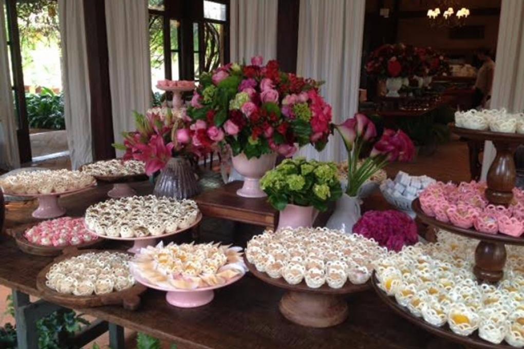 Mesas de doces em festa de 60 anos no campo