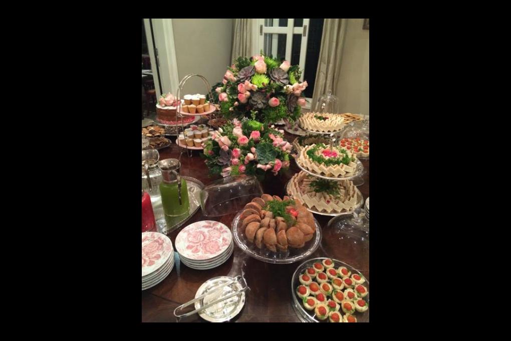 Chá da tarde com flores na decoração