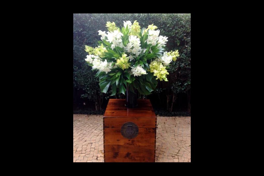 Arranjo floral branco e amarelo para presente