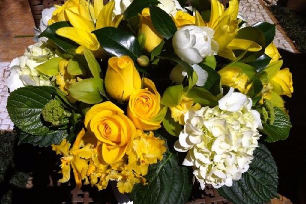 Arranjo de flores amarelas para presente