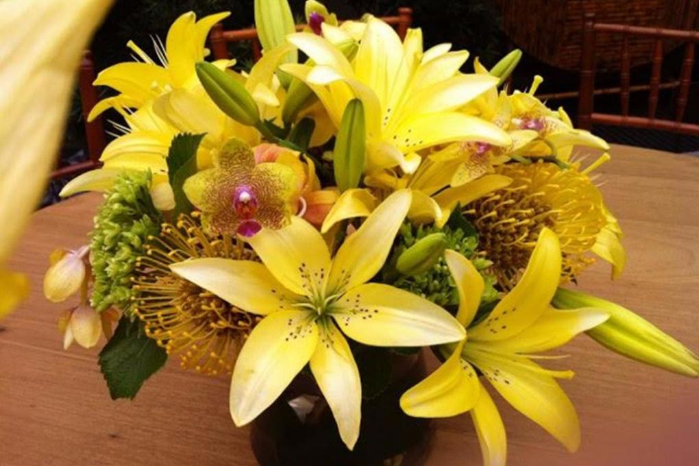 Vaso de flores amarelas para presente