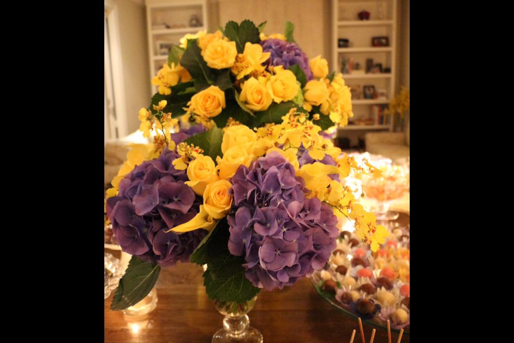 Mesa de doces com flores