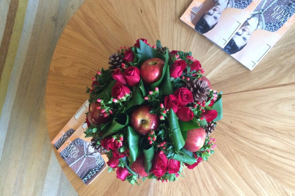 Arranjo de Natal feito com maçãs